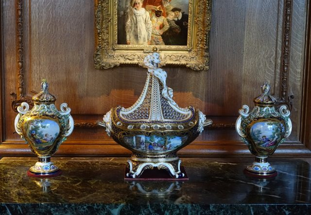 1200px-pot-pourri_vase_c-_1761_and_urns_sevres_porcelain_-_waddesdon_manor_-_buckinghamshire_england_-_dsc07651-640x444